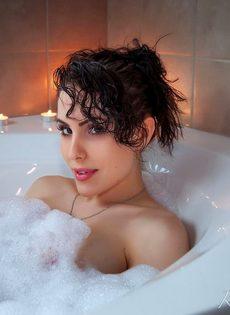 Великолепная брюнетка с большой грудью Katie Banks нежится в ванной - фото #1