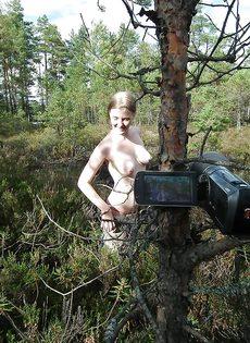 Обнаженная потаскушка позирует на природе с улыбкой на лице - фото #5
