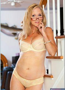 Гибкая старушка в очках привлекает к себе внимание - фото #4