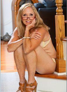 Гибкая старушка в очках привлекает к себе внимание - фото #5