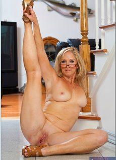 Гибкая старушка в очках привлекает к себе внимание - фото #13