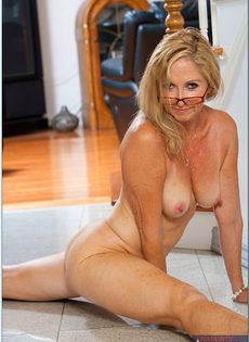 Гибкая старушка в очках привлекает к себе внимание - фото #15