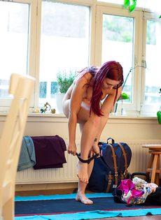 Фигуристая рыжеволосая девушка с упругой попкой - фото #1