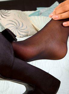 Симпатичная девушка дрочит ножками большой резиновый член - фото #1