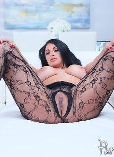 Аппетитная латинская куколка в сексуальном эротическом наряде - фото #11