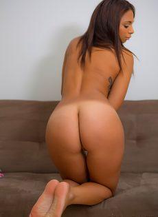 Сексапильная молоденькая девушка с небольшой грудью - фото #16