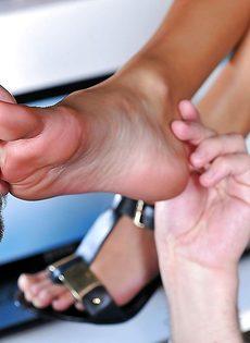 Эффектная брюнетка в очках дрочит ножками пенис сотрудника - фото #4