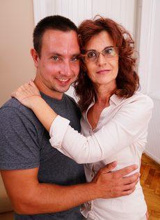 Парень поставил раком зрелую бабу и оприходовал во влагалище - фото #3