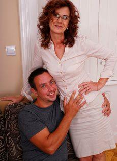 Парень поставил раком зрелую бабу и оприходовал во влагалище - фото #4