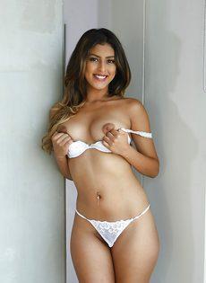 Смазливая молодушка в сексуальном нижнем белье белого цвета - фото #10