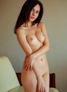 Брюнетка со стройным телом мастурбирует киску и сладко стонет - фото #15