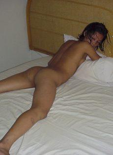 Домашние эротические фотографии худенькой азиатки с узенькими дырками - фото #15