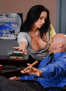Лысый начальник вылизывает промежность сексуальной помощницы - фото #2