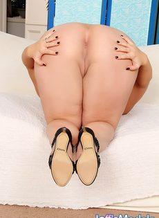 Толстая развратница мастурбирует письку и получает удовольствие - фото #14