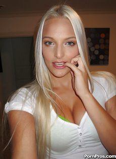 Миловидная блондинка делает селфи в домашней обстановке - фото #1