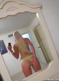 Миловидная блондинка делает селфи в домашней обстановке - фото #6