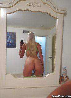 Миловидная блондинка делает селфи в домашней обстановке - фото #7