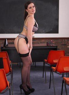 Преподавательница в черных чулках прикрывает промежность ручкой - фото #5