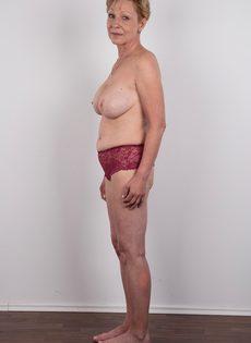 Обвисшая грудь и дряблая пизда старой развратной бабы - фото #9