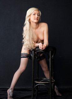 Великолепная блондинка в черных чулках и ее сладенькие дырочки - фото #6