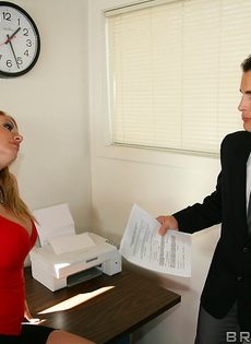 Светловолосые потаскушки удовлетворили сотрудника в офисе - фото #2