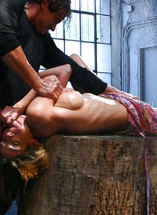 Откровенный трах между ног развратницы с силиконовыми сиськами - фото #6