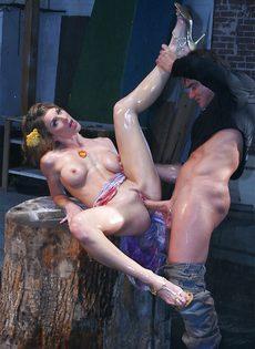 Откровенный трах между ног развратницы с силиконовыми сиськами - фото #13