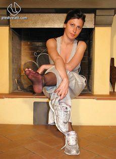 Откровенная брюнетка демонстрирует ножки крупным планом - фото #3