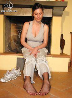 Откровенная брюнетка демонстрирует ножки крупным планом - фото #5