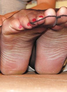 Откровенная брюнетка демонстрирует ножки крупным планом - фото #8