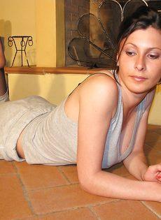 Откровенная брюнетка демонстрирует ножки крупным планом - фото #11