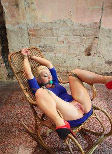Крепко связанную блондинку трахает секс машина между ног - фото #3