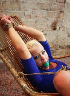 Крепко связанную блондинку трахает секс машина между ног - фото #4