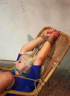 Крепко связанную блондинку трахает секс машина между ног - фото #5