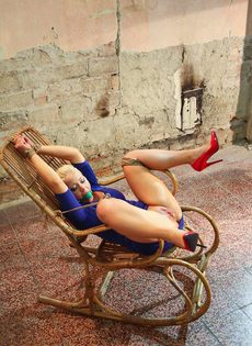 Крепко связанную блондинку трахает секс машина между ног - фото #9