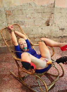 Крепко связанную блондинку трахает секс машина между ног - фото #11