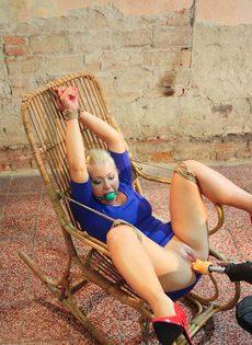 Крепко связанную блондинку трахает секс машина между ног - фото #12