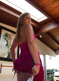 Девица показывает маленькие сиськи и большую задницу - фото #5