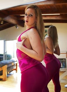 Девица показывает маленькие сиськи и большую задницу - фото #10