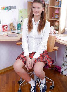 Смазливая студентка сует небольшую секс игрушку в попочку - фото #1