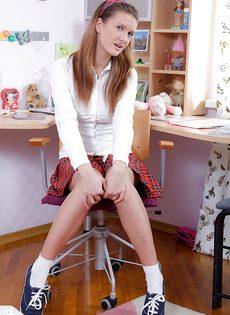 Смазливая студентка сует небольшую секс игрушку в попочку - фото #2