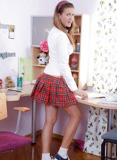 Смазливая студентка сует небольшую секс игрушку в попочку - фото #3