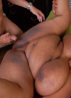 Мужчина с трудом трахает жирную темнокожую женщину - фото #11