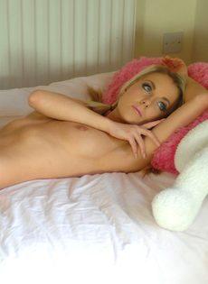 Очаровательная спортивная блондинка позирует в общежитии - фото #15