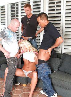 Удовлетворенные мужики накончали спермой на лицо белокурой мамаши - фото #3