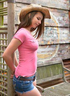 Молодая девушка в шляпе вывалила большую грудь - фото #3