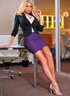 Фут фетиш и трах светловолосой красавицы в офисе после работы - фото #1