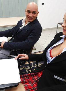 Студентка в юбке раскрутила лысого преподавателя на секс в классе - фото #1