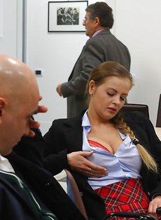 Студентка в юбке раскрутила лысого преподавателя на секс в классе - фото #2