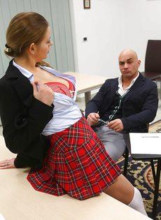 Студентка в юбке раскрутила лысого преподавателя на секс в классе - фото #3